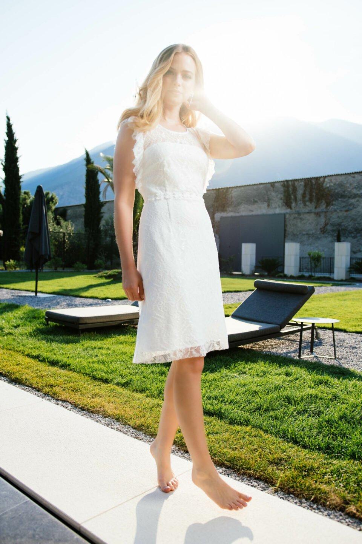 Kurzes Brautkleid mit Rüschen-Armausschnitt