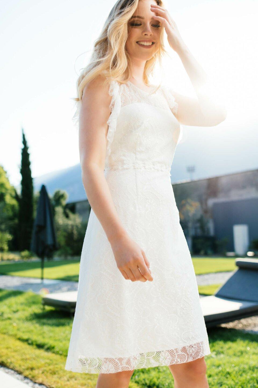 Nachhaltiges Hochzeitskleid mit tiefem Rüschen-Armausschnitt