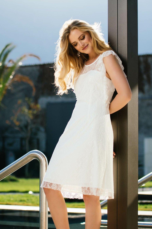 Kurzes Brautkleid mit besonderem Arm