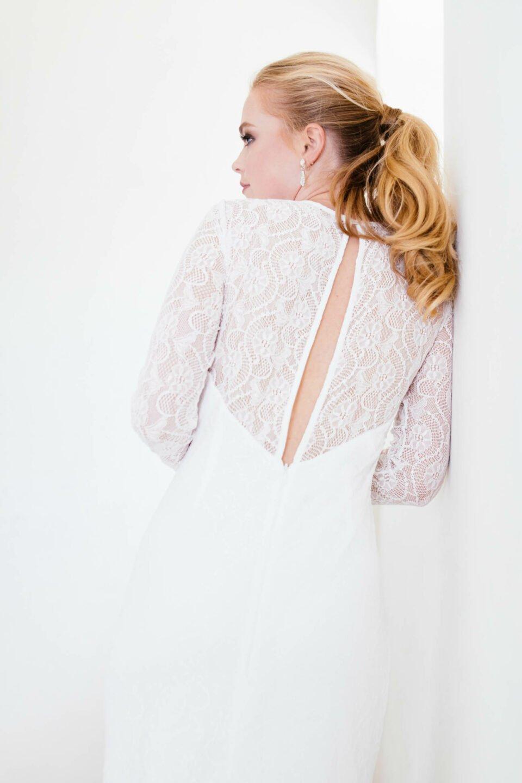 Langärmliges Hochzeitskleid mit transaprenter Spitze und Rückenschlitz
