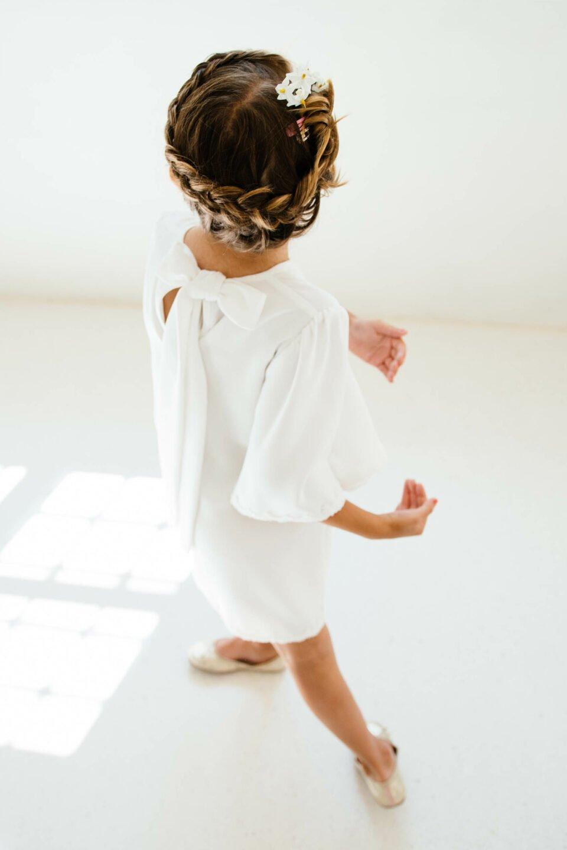 Blumenkind im nachhaltigen Kinderkleid